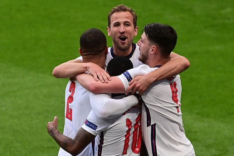 Selebrasi Raheem Sterling dan Harry Kane menyambut gol kemenangan Inggris atas Republik Ceko (Foto AFP/Neil Hall via Kompas.com)