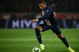 Mbappe dengan costum PSG - sumber: vivagoal.com