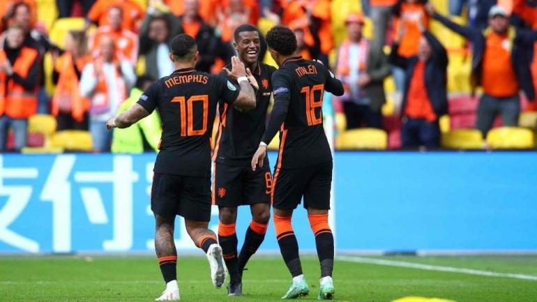 Pemain Belanda merayakan gol ke gawang Makedonia Utara. (via sportslumo.com)