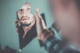 Di depan cermin, kita bisa mengubah dengan segera bagaimana kita terlihat. (sumber foto: Fares Hamouche on Unsplash)