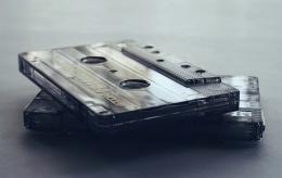 Ilustrasi hobi koleksi kaset | Sumber: Pexels/Suzy Hazelwood