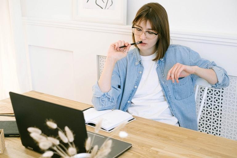 Ilustrasi Stres dalam Menulis (Sumber: pexels/Ivan Samkov)