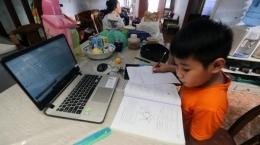 Siswa mengerjakan tugas, Sumber gambar : TribunNews.com