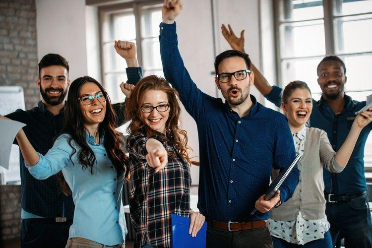 Ilustrasi merayakan kemenangan bersama teman. Sumber: Shutterstock via Kompas.com
