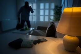 Ilustrasi pencuri masuk ke dalam kamar kos. Sumber: Kompas.com