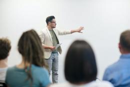 Ilustrasi mendapatkan mentoring saat mengikuti program magang (Pexels)