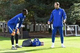 Ilustrasi Pelatih Kiper - Sumber: Petr Cech working with new goalkeeper Edouard Mendy (Photo by Darren Walsh/Chelsea FC via Getty Images