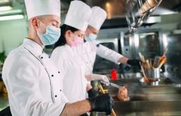 Koki atau juru masak harus memaki topi saat sedang memasak santapan untuk tamu (Ilustrasi: Pixabay)