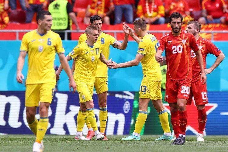 Roman Yaremchuk (tengah, nomor 9) merayakan gol bersama rekan setimnya dalam pertandingan Grup C Euro 2020 Ukraina vs Makedonia Utara di National Arena, Kamis (17/6/2021) malam WIB. (AFP/MARKO DJURICA dipublikasikan kompas.com)