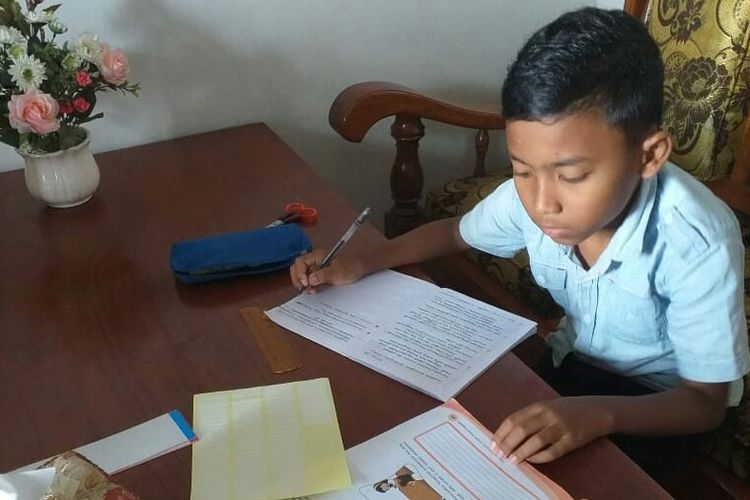 Ilustrasi anak mengerjakan tugas sekolah. Foto: TANOTO FOUNDATION/Kompas.com