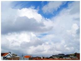 Awan putih dan hitam berkumpul di langit biru (foto: dok. pribadi)