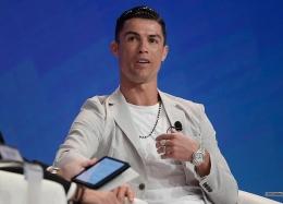 Ronaldo dengan Rolex-nya yg mewah. Sumber: Dubai International Sports Conference / www.highsnobiety.com