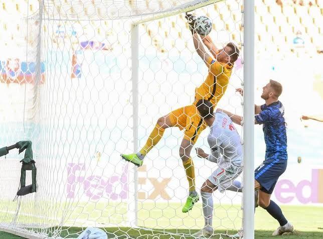 Gol bunuh diri Martin Dubravka, kiper Timnas Slovakia (Independent.co.uk)