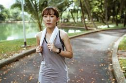 Ilustrasi perempuan sedang jogging | pexels/Ketut Subiyanto