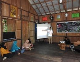 Erik Somala saat menyampaikan materi Pelatihan Kualitas produk kepada kelompok dampingan YP. (Foto: Mahendra/YP)
