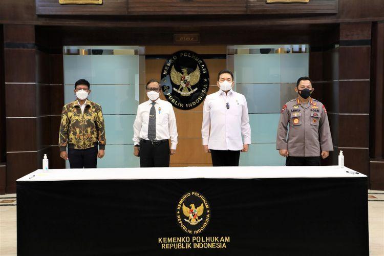 Menkominfo Johnny G Plate, Jaksa Agung ST Burhanuddin, dan Kapolri Listyo Sigit Prabowo menandatangani SKB tentang pedoman UU ITE. (kompas.com)