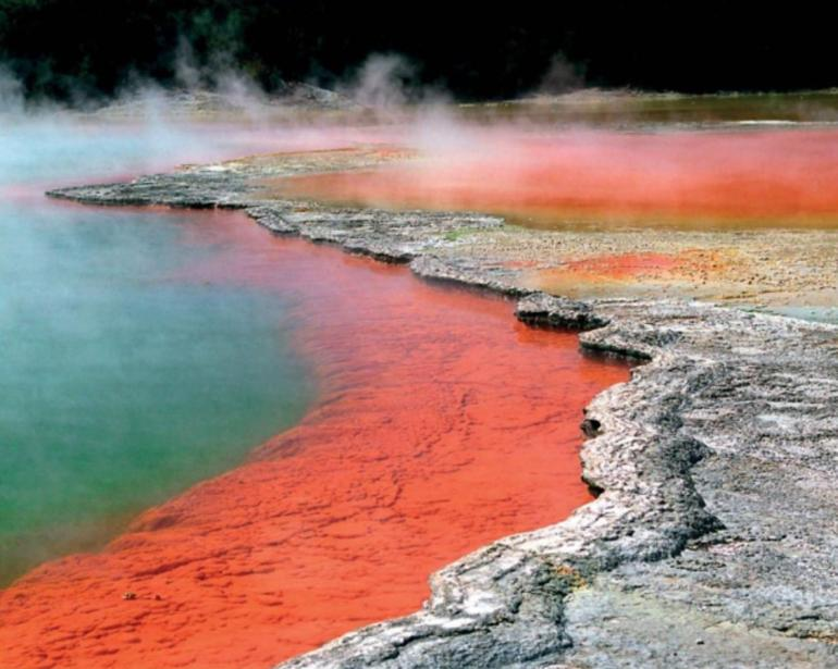 Kolam panas bumi di Selandia Baru. Sumber: buku How It Works - Book of the Elements, hlm. 130.