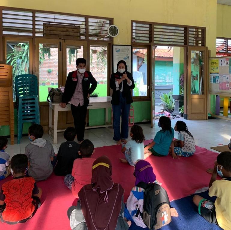 Belajar Bersama Anak-Anak Pulosari gang V