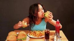 Seorang wanita yang tengah makan besar. Sumber Tribunnews.com