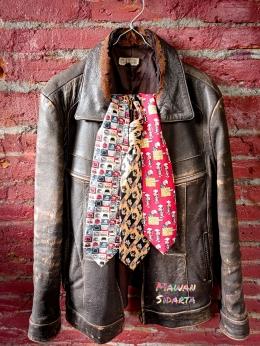 Merchandise berupa jaket milik panitia penyelenggara perlombaan dan dasi dari provider seluler (Dokumentasi Mawan Sidarta)