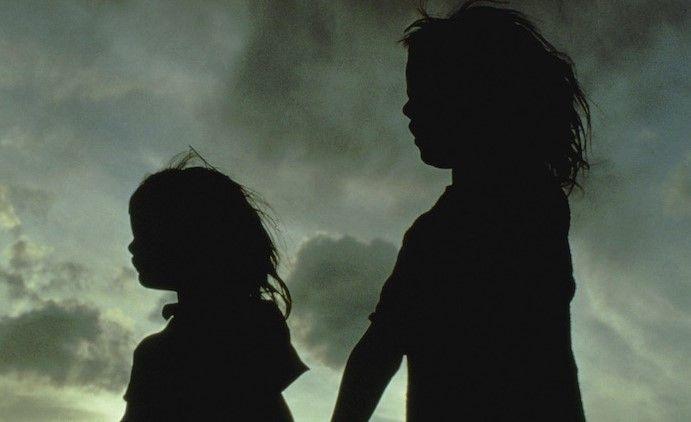 Ilustrasi dua gadis yang mengalami depresi (Sumber: themighty.com)