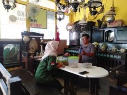 Gambar 1. Proses Pemasangan Maps dan Akun Media Sosial Kepada Pemilik UMKM Desa Olehsari oleh Mahasiswa KKN Universitas Negeri Malang.
