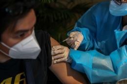 Vaksinator menyuntikkan vaksin AstraZeneca pada warga saat peresmian Sentra Vaksinasi COVID-19 di Rumah Sakit St. Carolus, Jakarta Pusat, Senin (14/6/2021).| Sumber: KOMPAS.com/GARRY LOTULUNG