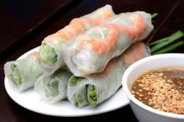 ilustrasi Vietnam spring roll dengan saus kacang. (sumber: SHUTTERSTOCK/ SENLEKTOMYUM via kompas.com)