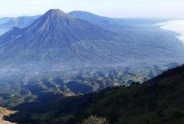 Pemandangan dari puncak Gunung Sumbing