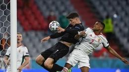 Pemain Jerman dan Hungaria saling duel. (via en.tempo.co)