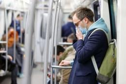 Ilustrasi batuk di kendaraan umum   Sumber: Shutterstock via Kompas.com