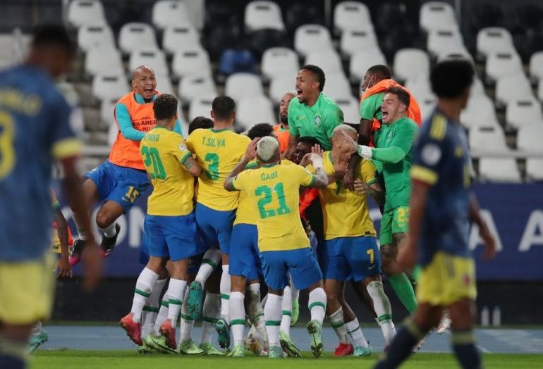 Brazil merayakan kemenangan atas Kolombia. (via malaymail.com)