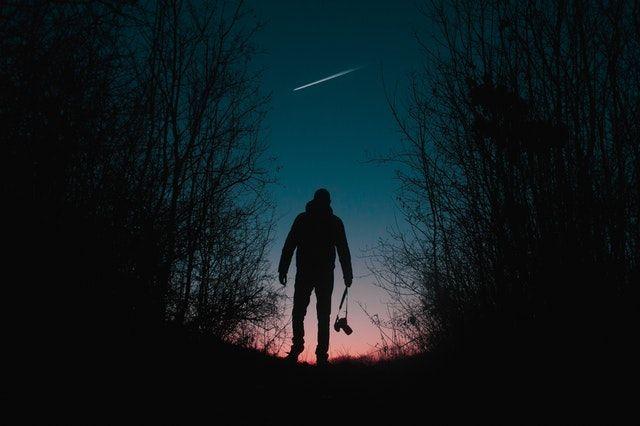 ilustrasi berjalan dalam gelap   photo by Rakicevic Nenad from pexels