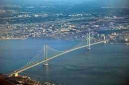 Jembatan Akashi Kaikyo, Kobe, Jepang. Sumber: https://en.wikipedia.org/wiki/Akashi_Kaiky%C5%8D_Bridge#/media/File:Akashi_Bridge.JPG