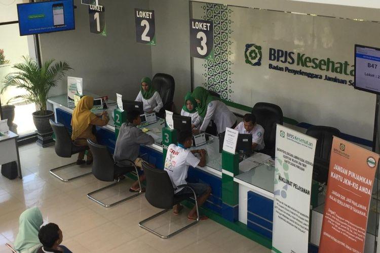 Kantor BPJS Kesehatan Pamekasan ramai dikunjungi warga. BPJS Kesehatan diklaim memiliki utang ke RSUD Pamekasan sebesar Rp 8 miliar. (KOMPAS.com/TAUFIQURRAHMAN)