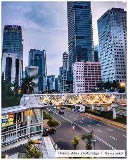 """Foto: @awaneko    JPO Jalan Sudirman yang juga """"instamable"""". Ini JPOP lama, hanya dengan mendesain ulang railingnya, sudah cantik! Seharusnya, JPO di Thamrin pun bisa dilakukan yang sama, mendeain ulang atau merenovasi nya. Bukan membongkarnya!"""