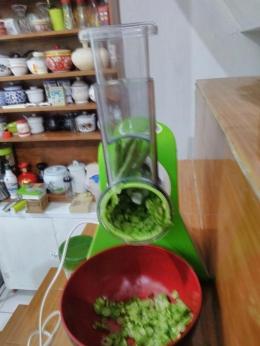 Buncis diiris dalam electric vegetable chopper. Dokpri.