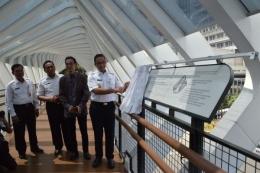 www.foto.inilah.com    Lah, ini Gubernur Jakarta meresmikan JPO Gelora Senayan? Bagaimana omongan terdahulunya, bahwa akan membongkar JPO Thamrin dan (nantinya) Jalan Sudirman? Apakah ini juga sementara, yang memang nanti akan dibongkar?