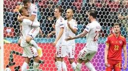 Striker Denmark Kasper Dolberg melakukan selebrasi usai mencetak gol melawan Wales. Gambar: tribunnews.com