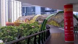 www.wartakota.tribunnews.com Atau, bisa mencontoh JPO antara Centarl Park Mall denan Soho Mall, dengan warna earni seperti ular berwarna yang melingkat dengan atau yang tidak rata, kerja tim kami dari PT Agung Podomoro Land.