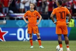 Dua pemain Belanda, Frenkie De Jong dan Memphis Depay terlihat galau saat melawan Rep.Ceko. Belanda tersingkir usai kalah 0-2 dari Ceko di babak 16 besar, Minggu (27/6) malam/Foto: Getty Images