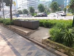 Dokumentasi pribadi   Foto pertama, Ada 2 area dengan tempat duduk beton seperti ini, di depan Hotel Le Meredien dan di area Setiabudi, walau tidak ada pepohonan untuk tempat beristirahat.