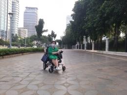 Dokumentasi pribadi   Foto pertama: Pedestrian sepanjang jalur protocol Sudirman -- Thamrin, sebagaian besar lebar dan luas, tetapi tidak ada unsure estetika serta tanpa banyak bench2 (tempat duduk) untuk beristirahat.