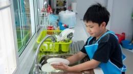 Ilustrasi. Mencuci perlengkapan makan sehabis digunakan   Foto diambil dari Tribun