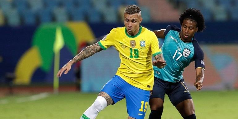 Pemain Brazil berduel dengan pemain Ekuador. (via bola.net)