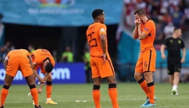 Pemain Belanda tertunduk lesu usai dikalahakan Ceko 2 : 0. Sumber gambar ; sports. detik.com