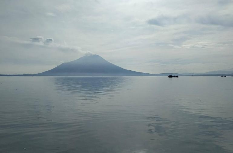 Gunung Ile Lewotolok dilihat dari pelabuhan Lewoleba. Dok.pribadi.