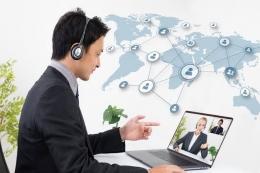 Seorang Karyawan Yang Melakukan Koordinasi Secara Global. Sumber IntiPesan.com