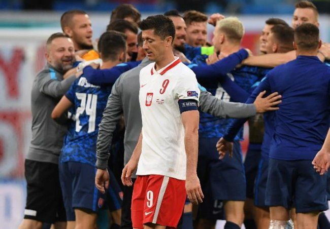 Striker Polandia, Robert Lewandowski, gagal membawa klubnya ke babak knockout (via Reuters.com)