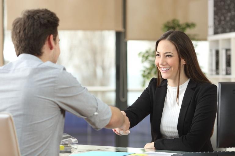 Setiap proses rekrutmen dan wawancara kerja di perusahaan nasional atau multinasional melampirkan dua pertanyaan ini (ilustrasi: Getty Image/fool.com)